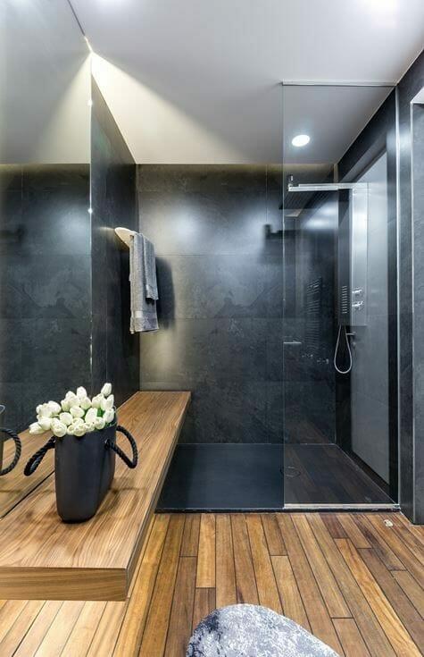 łazienka czarno-brązowa z oszklonym prysznicem z użyciem płytek drewnopodobnych