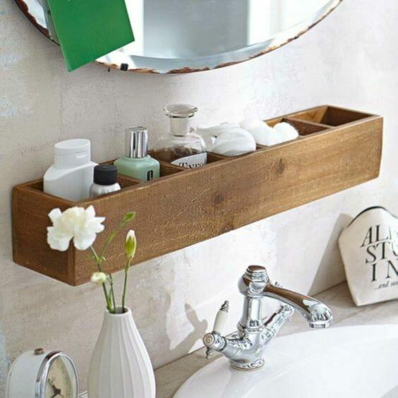 drewniana półka na kosmetyki w łazience nad zlewem