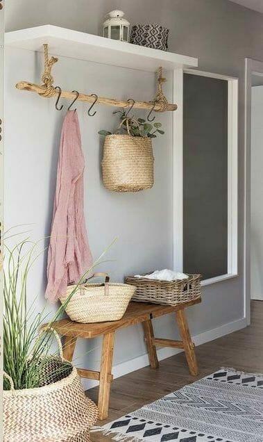 drewniane meble do przedpokoju w kolorze szarym i białymi i wiklinowymi dodatkami