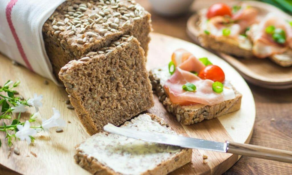 chleb żytni ze słonecznikiem i łososiem kanapki