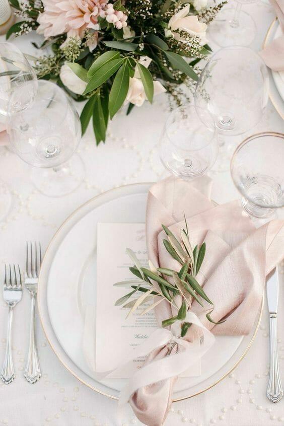nakrycie stołu w kolorze pudrowy róż zasady savoir-vivre ułożenie sztućców