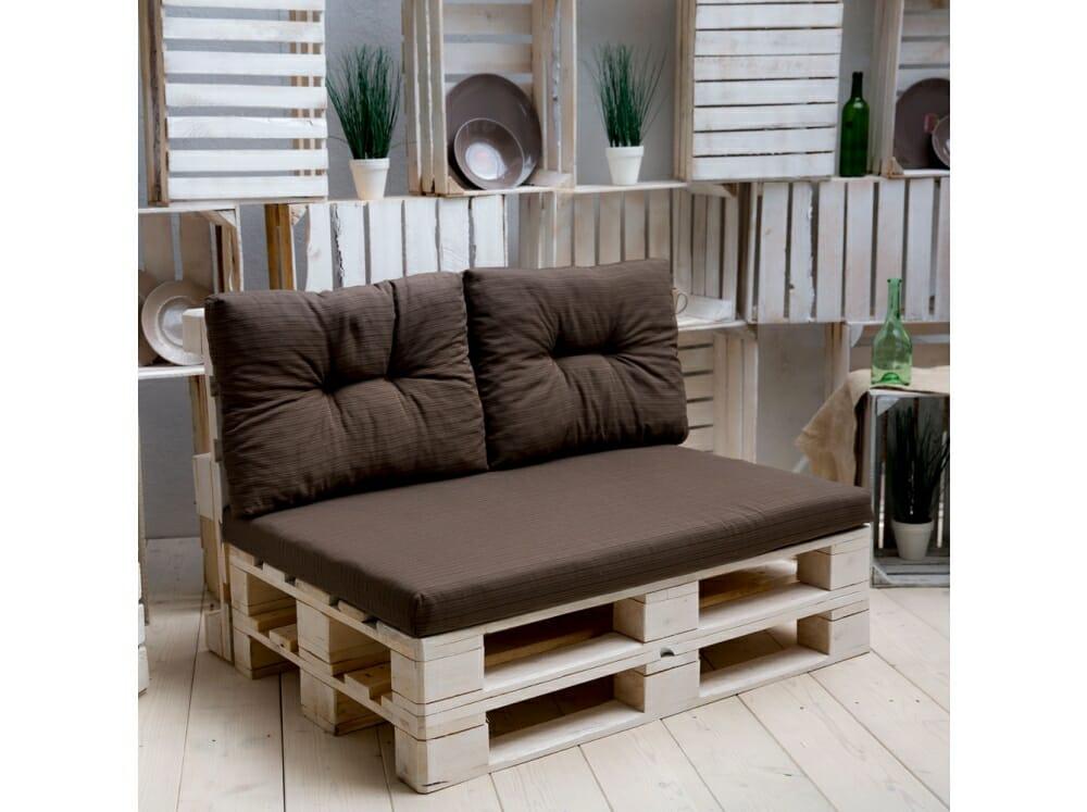 meble z palet w postaci brązowego fotelu z palet