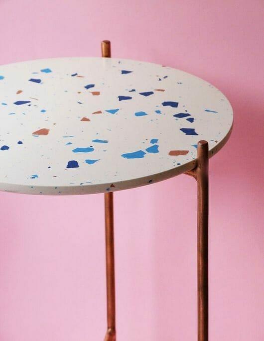 stolik terazzo z białym blatem na różowym tle