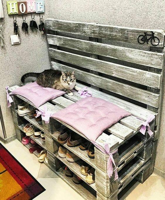 szafki na buty do przedpokoju z lawendowymi poduszkami i kotem