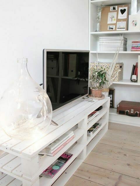 białej szafki pod telewizor w białym salonie
