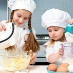 dziewczynki przygotowujące ciasto