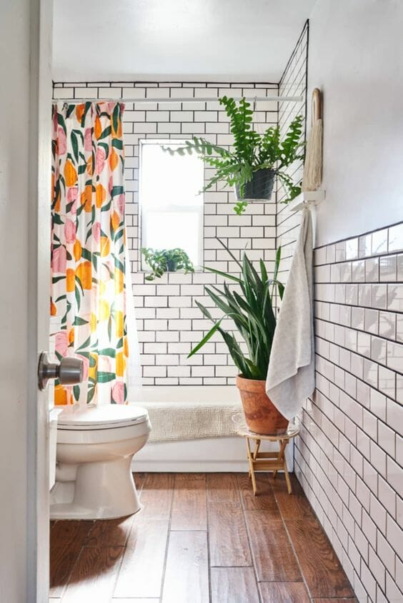 mała łazienka w bloku płytki drewnopodobne białe płytki ceramiczne czarna fuga