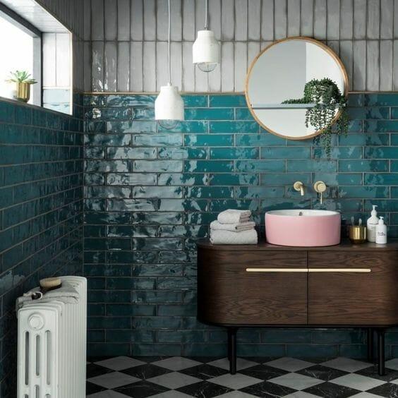 płytki ceramiczne turkusowe różowa umywalka okrągłe lustro złote dodatki łazienka