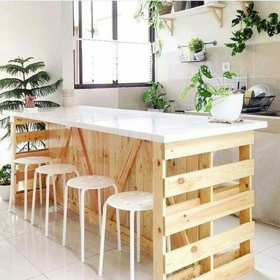 wyspa do kuchni z białym blatem i roślinami
