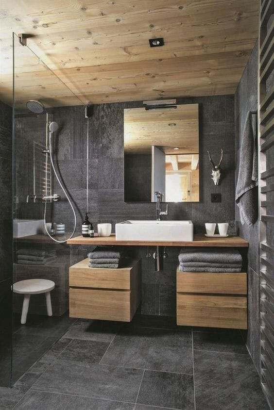 łazienka w drewnie z ciemnym kamieniem