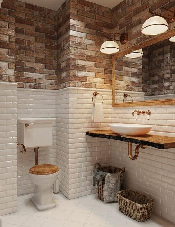 łazienka w cegle i białych kafelkach