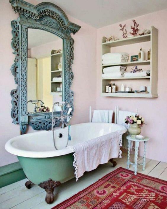 różowa łazienka z zieloną wanną vintage stara bateria lustro w niebieskiej ramie