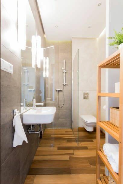 łazienka w drewnie płytki drewnopodobne