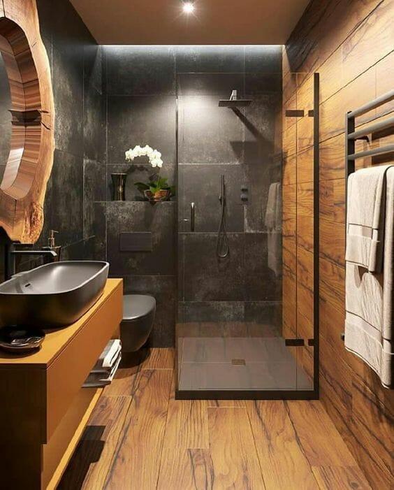 łazienka w drewnie z czarnymi kafelkami