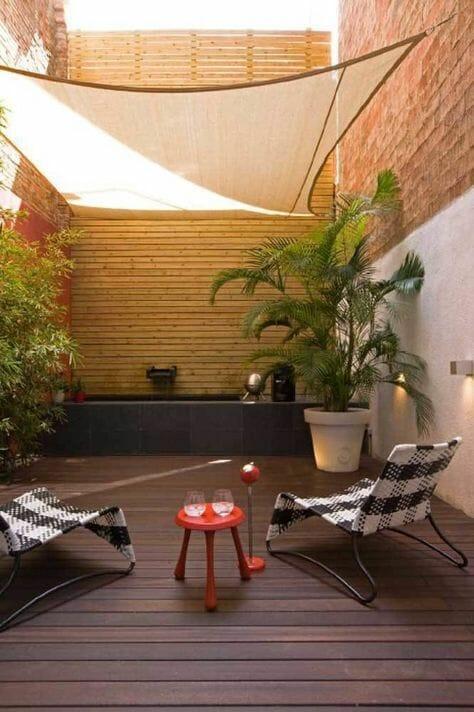 beżowy żagiel na zabudowanym tarasie jak osłonić balkon