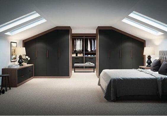 szara garderoba z sypialnią na poddaszu