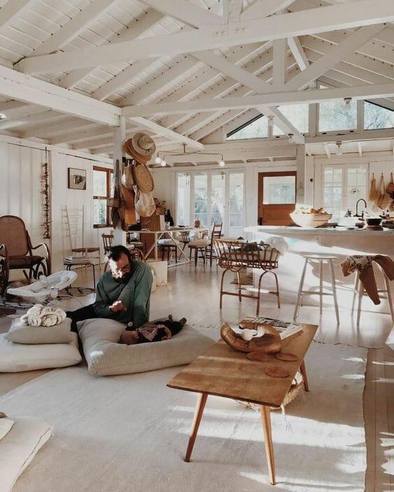 adaptacja poddasza w stylu boho biały salon z aneksem, ściany i sufit z drewna bielonego, wiklinowe dodatki