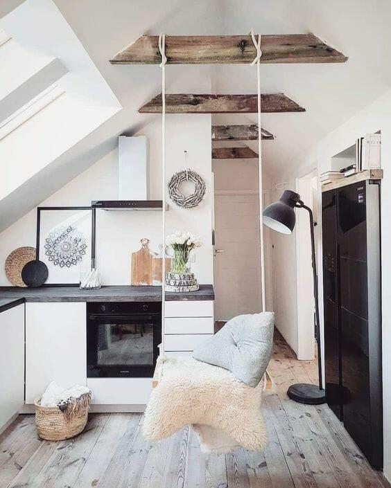 kuchnia biało szara na ukos huśtawka w domu czarna industrialna lampa