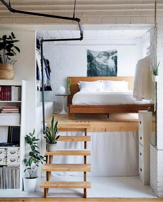 adaptacja poddasza w postaci antresoli i urządzonej tam sypialni w bieli