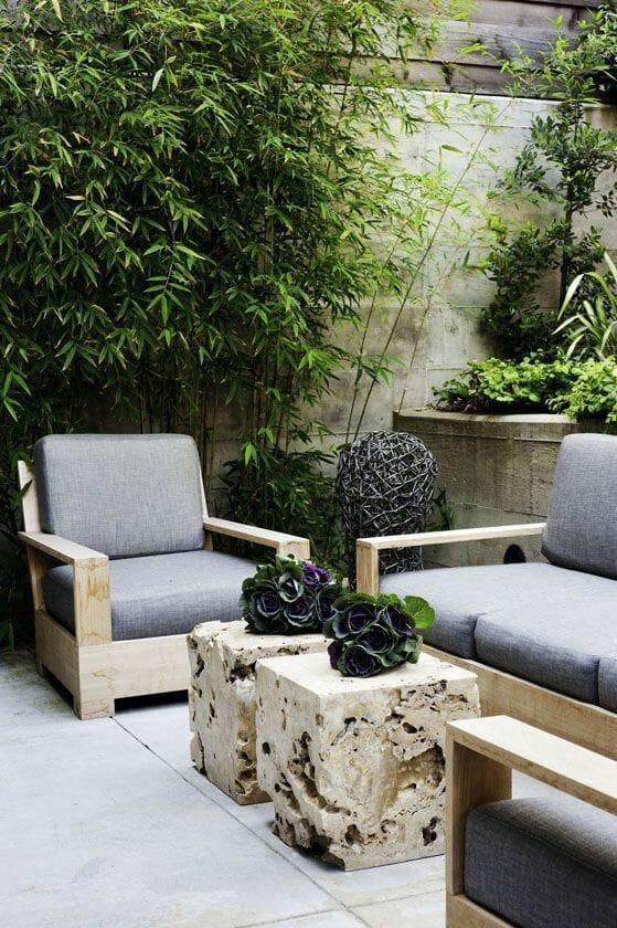 Aranżacje ogrodów kamienny stolik meble tarasowe
