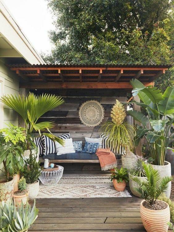 Aranżacje ogrodów - taras styl boho rośliny w glinianych doniczkach