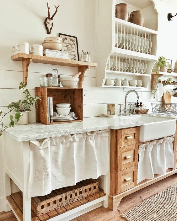 kuchnia w stylu shabby chic z drewnianymi elementami i marmurowym blatem z półkami