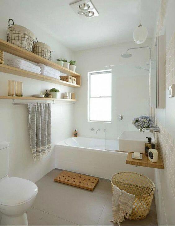łazienka w drewnie z półkami i wiklinowym koszem