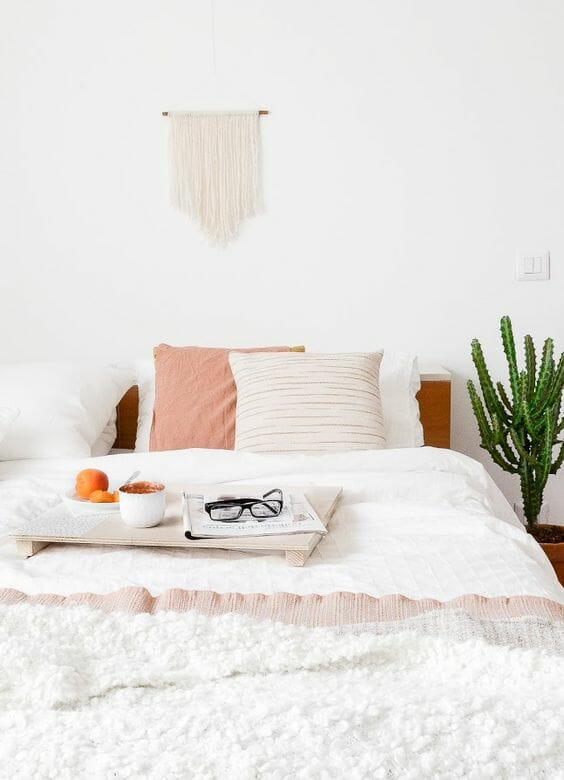 biała sypialnia kaktus w doniczce pastelowe dodatki makrama