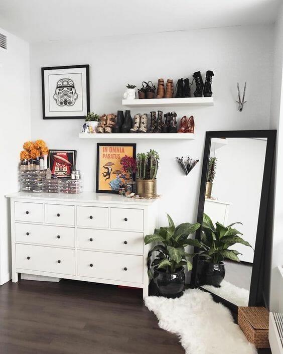 biała sypialnia komoda ikea białe półki lustro w czarnej ramie