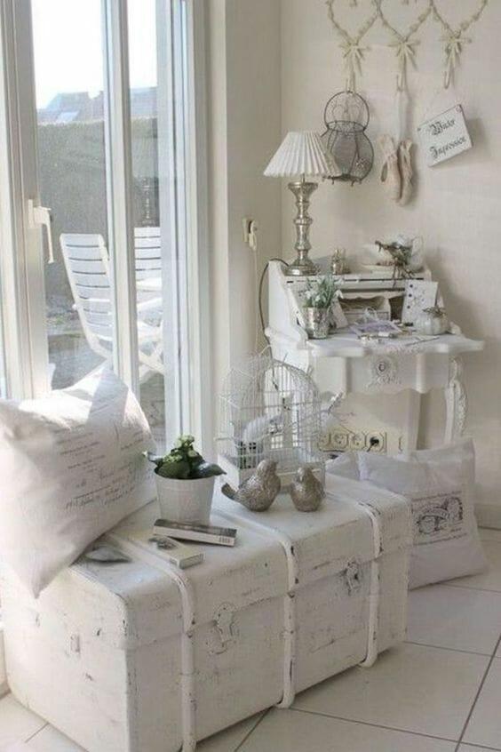 dodatki do salonu rustykalnego skrzynia srebrna lampa z białym kloszem