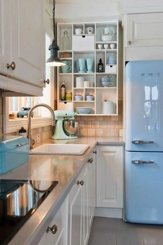 mała kuchnia niebieska łazienka