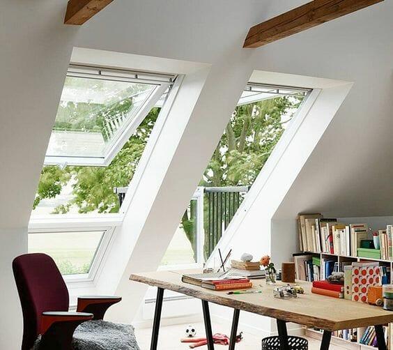 biuro na poddaszu półka na książki biurko z drewna