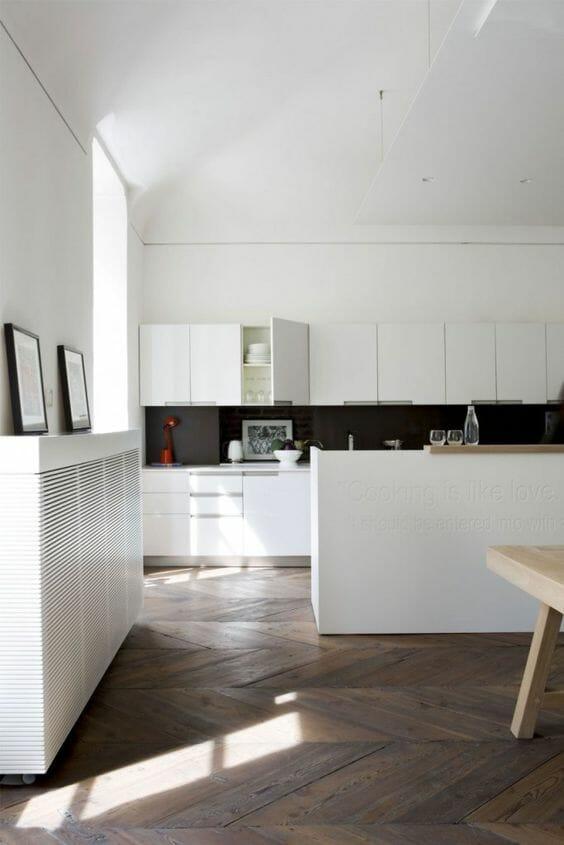 ciemny parkiet do białej kuchni z czarnymi akcentami