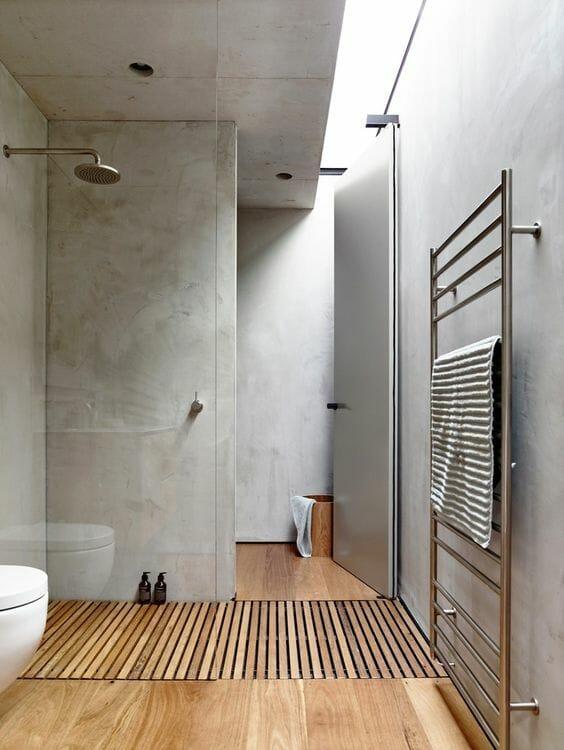 łazienka kamień na ścianach prysznic za szybą deszczownica