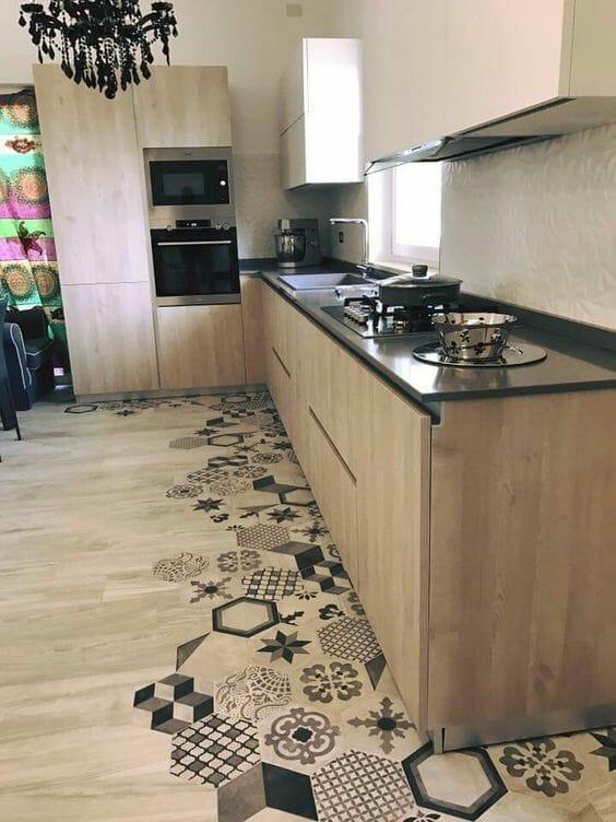 panele podłogowe łączone z płytkami drewniana kuchnia