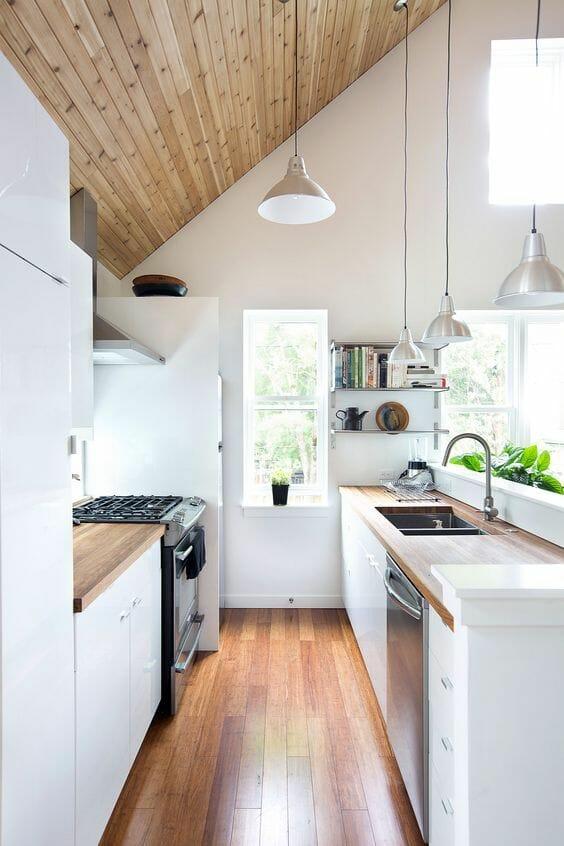 deski w białej kuchni z drewnianymi blatami