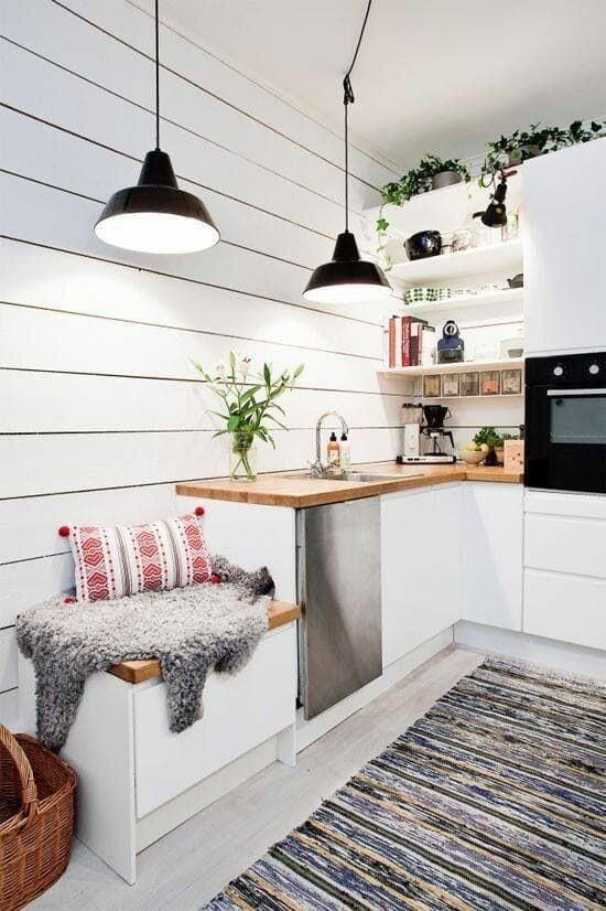 deski bielone mała kuchnia czarne lampy drewniany blat