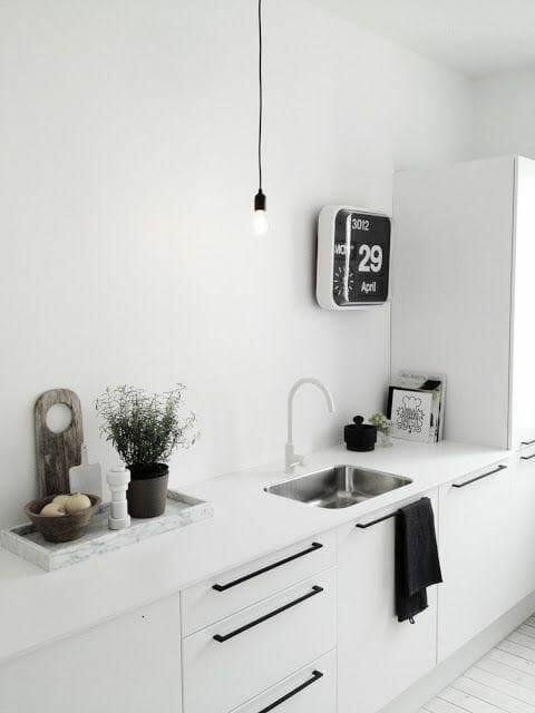 cała biała kuchnia minimalizm czarne dodatki
