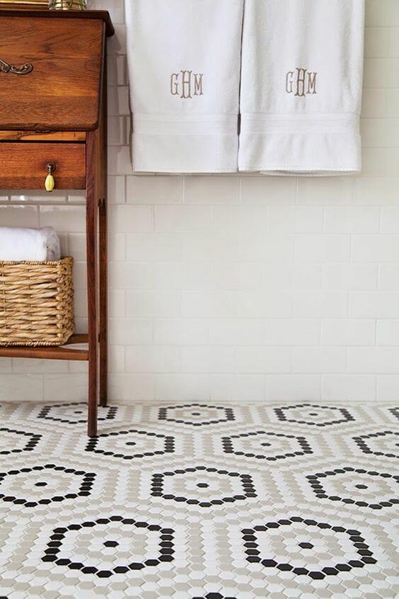 mozaika w łazience na podłosze białe kafelki