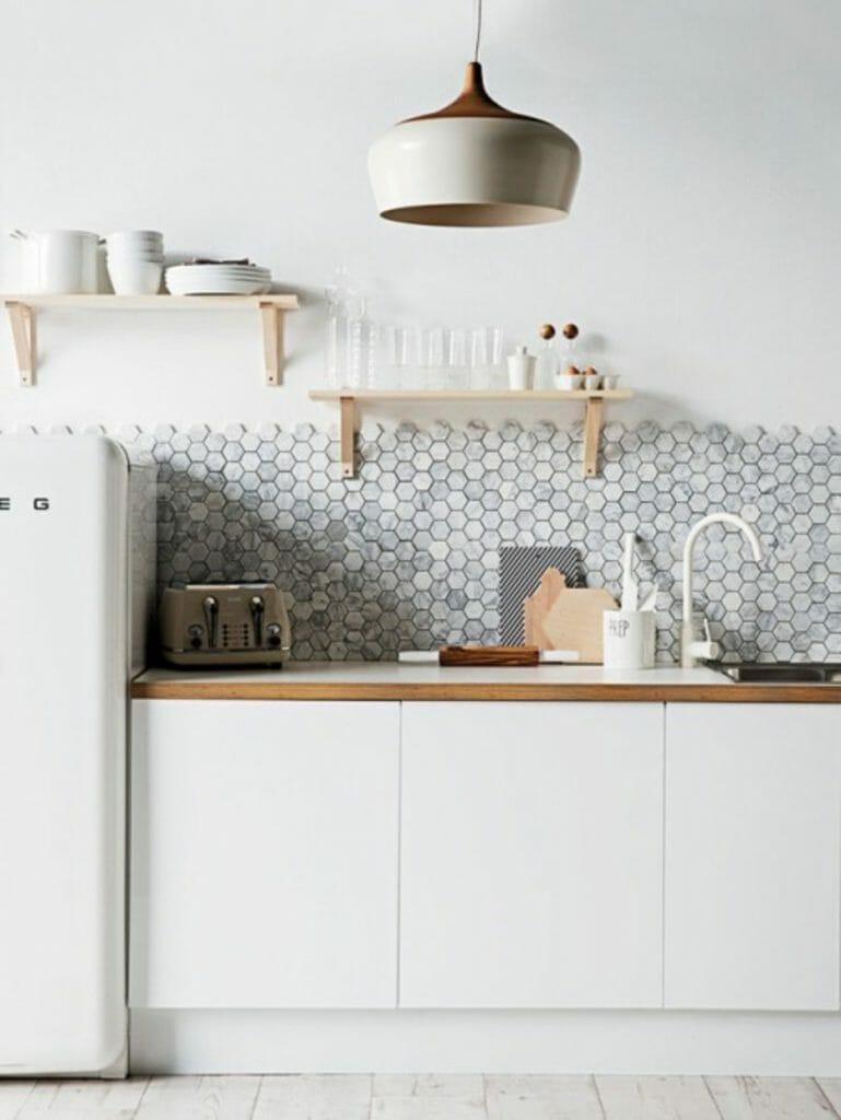 mozaika kamienna nad blatem w kuchni białej