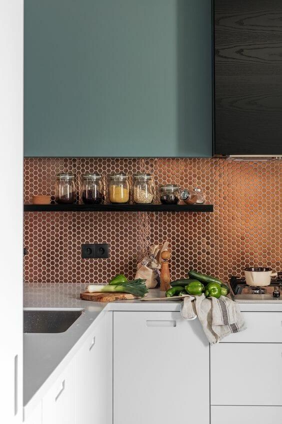 miedziana mozaika w kuchni nad blat