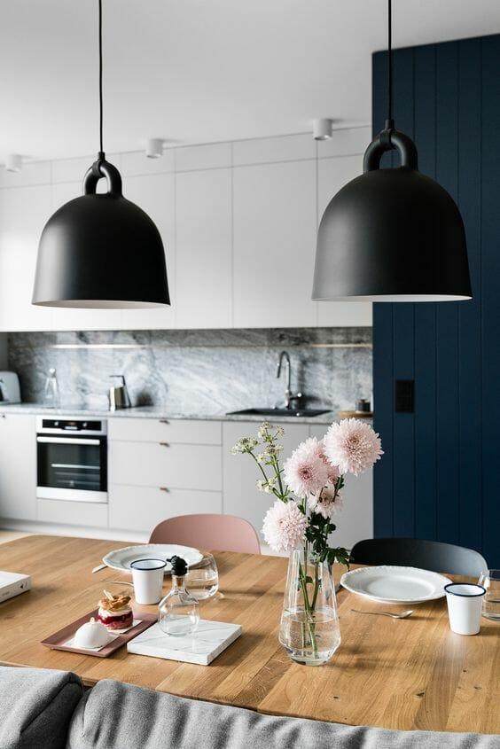 kuchnia w stylu skandynawskim czarne klosze granatowe dodatki drewniany stół