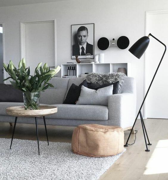 sofa z drewnianym stoliczkiem