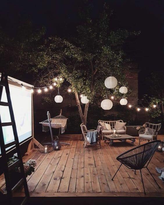 Aranżacje tarasu oświetlenie widzące żarówki nad drewnianym tarasem