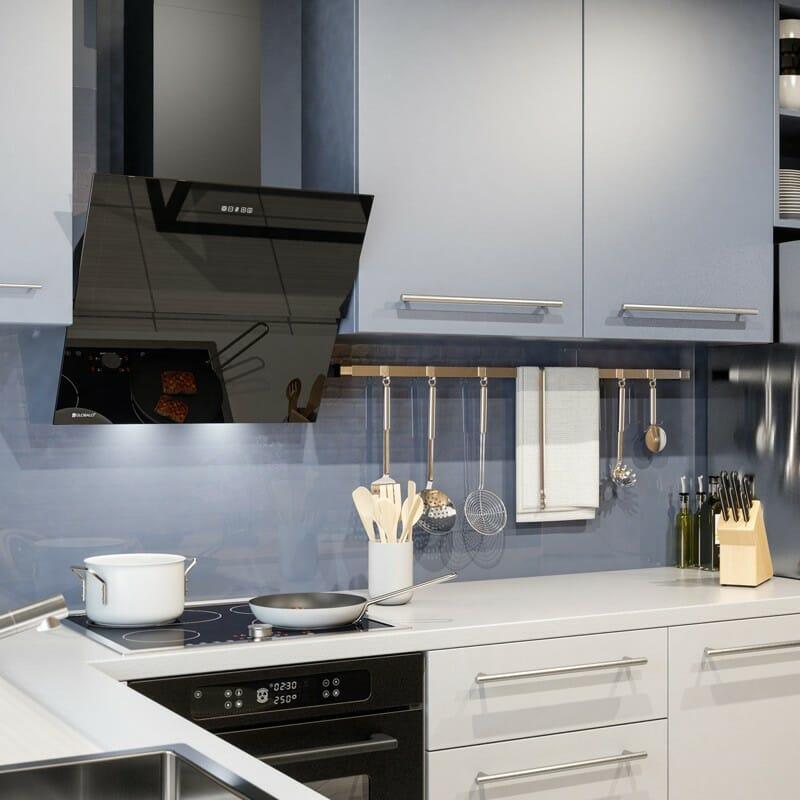 kuchnia w kolorze błękitu z czarnym szklanym okapem