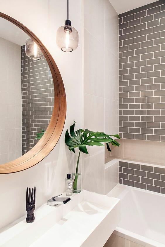 szare ściany w łazience w postaci kafelek w kształcie prostokąta