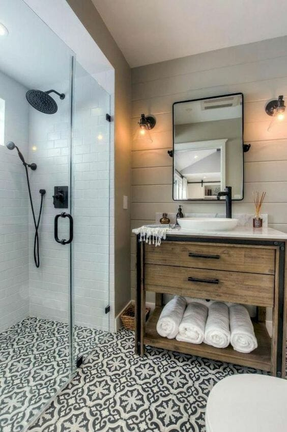 łazienka w drewnie z ceramicznymi płytkami