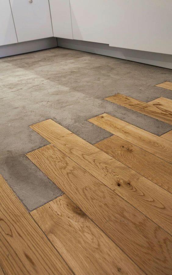 drewniane deski łączone z betonem