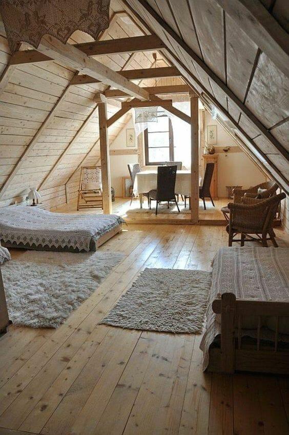 strych jako pokój gościnny ze stołem i materacem