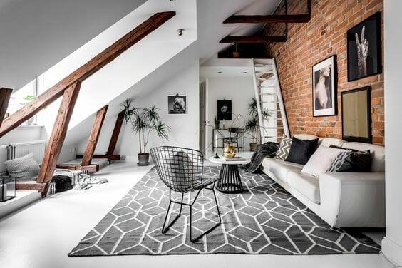 adaptacja strychu nowoczesny biały salon z antresolą i ceglastą ścianą